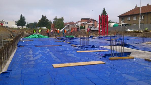 Vysoušení betonu lze snadno bránit zakrytím fólií, obdobnou jakou přikrýváme nábytek před malováním. Na okrajích ji doporučujeme zatížit, aby pod ni nefoukalo. Další možností je vodní mlžení nebo vlhčení přes geotextílii, což používají především realizační firmy.