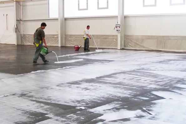 Beton je třeba začít ošetřovat ihned po konečném urovnání jeho povrchu, tedy často už v průběhu betonáže.