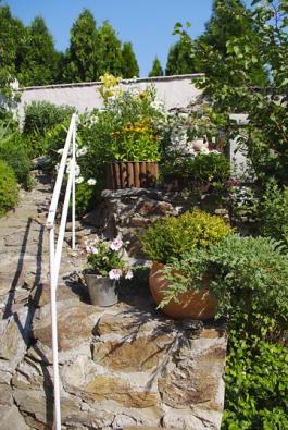 Zahrada je odstupňovaná zídkami a terasami, které jí dodávají na plastičnosti.