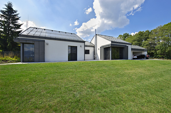 Stavba navenek působí jako srostlice čtyř domků. Jednotícím prvkem je sedlová střecha bez přesahů stitanzinkovou krytinou, která dodává stavbě moderní střih. Zajímavým architektonickým prvkem jsou prosklená nároží srohovým sloupkem.