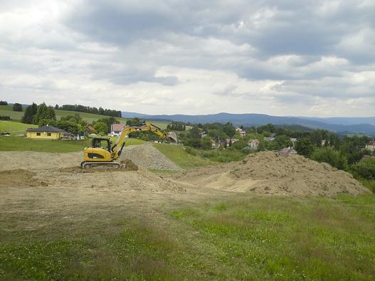 Objem vytěžených apřesouvaných zemin se pohyboval okolo 400 m3, stržená ornice vploše 650 m2 činila 120 m3. Na takové  množství zeminy bylo třeba použít větší asilnější zemní techniku.