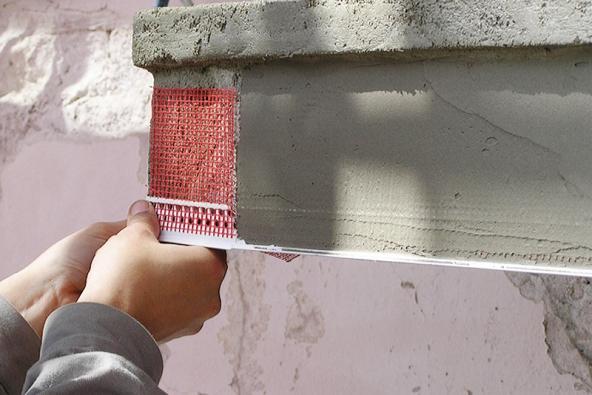 10: Finální sjednocení povrchu se provádí pomocí jemné stěrky vtloušťce 3–5mm. Na spodním okraji je nutné vytvořit okapní nos, např. pomocí systémového profilu.