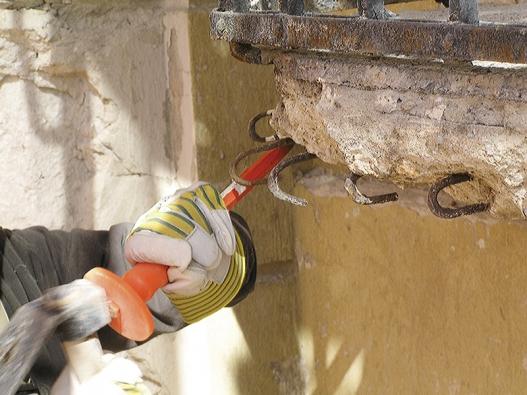 2: Příprava podkladu - narušené aodpadávající plochy se mechanicky odstraní sekáčem nebo sbíjecím kladivem, větší plochy se opískují až na pevný, soudržný podklad.