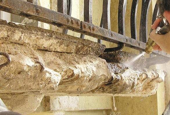 4: Aby sanační malta na podkladu dobře držela, je třeba otryskáním (omytím) tlakovou vodou odstranit také prach aostatní separace.