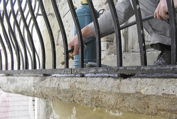 6: Den před realizací sanačních malt se podklad znovu dostatečně prosytí vodou. Před sanací musí být voda vsáklá, nesmí být povrch lesklý, nebo se dokonce tvořit louže.