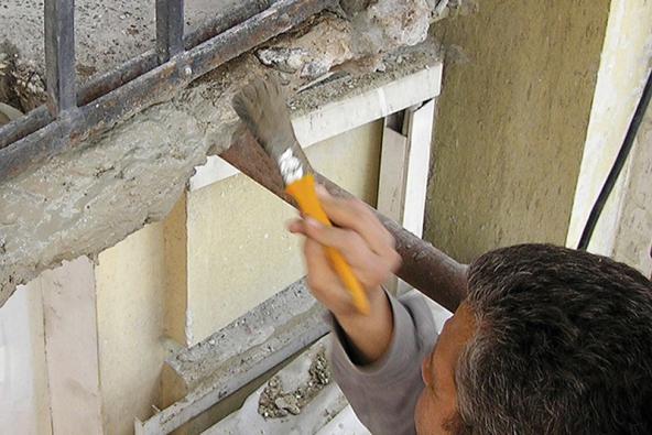 7: Sanované plochy je nutné před samotným vyrovnáním ošetřit tzv. adhezním můstkem (nátěrem). Ošetřit je třeba iveškeré dutiny alunkry.