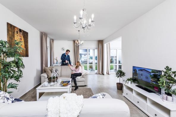 Francouzská okna vobývacím pokoji anavazující jídelně vedou přímo naslunnou terasu, jejíž částečné zastřešení umožňuje užívat si ji zakaždého počasí.