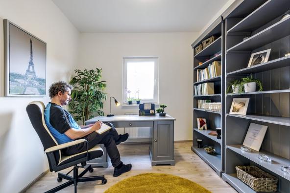 VBungalovu jsou dvě samostatné místnosti zařízeny jako pracovny. Dobře však poslouží také jako dětské nebo hostinské pokoje.