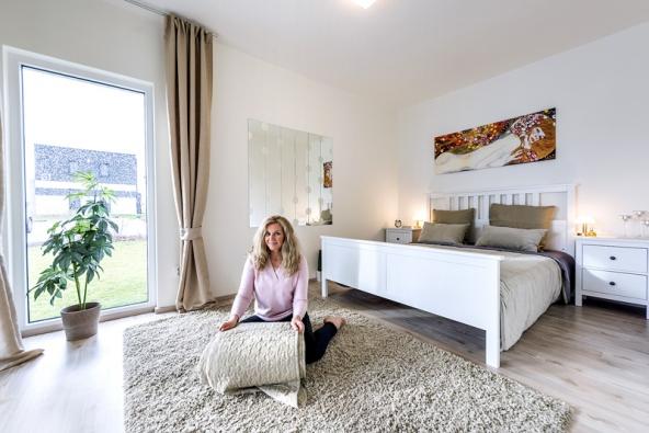 Většina nábytku idoplňků v domě je z Ikea. Celkový dojem zprostoru je díky tomu velmi jednotný. Ložnici, stejně jako obývací pokoj, zdobí reprodukce obrazů Gustava Klimta.