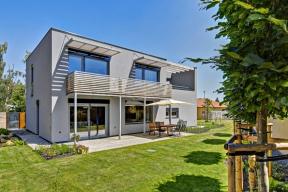 Obytné místnosti jsou orientovány najižní stranu. Okna chrání před sluncem balkon aslunolamy, obojí vyrobené podle návrhu architekta zpozinkovaných ocelových profilů apřírodního dřeva.
