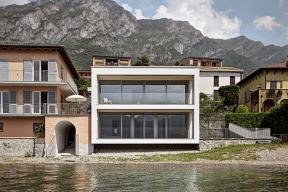 Některé architektonické projekty maximálně využívají krásu okolní scenérie. Mezi výjimečné stavby tohoto druhu patří rodinná rezidence Casa Benedetti, která se doslova otevírá krásné krajině na břehu italského jezera Como.