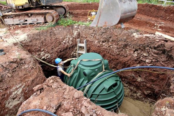 Větší nádrže se usazují pomocí mechanizace (NICOLL).