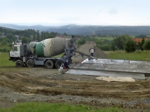 Nalévání betonu dozákladové desky. Beton byl dovezen zbetonárky vJablonci nad Nisou.