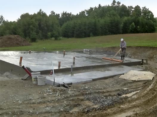 Svrchní vrstvu betonu bylo potřeba ručně srovnat avyhladit dřevěným hrablem.
