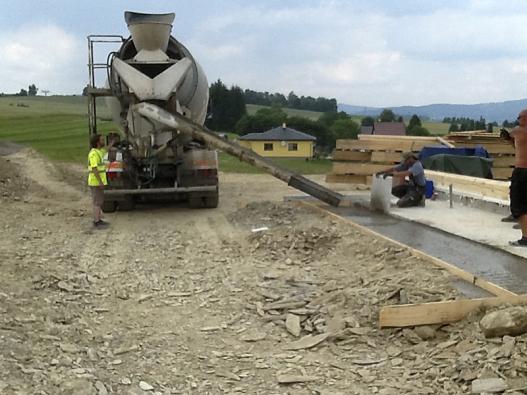 Výhoda dovezeného betonu oproti přípravě namístě je nesporná, ušetříte čas, práci ipeníze.