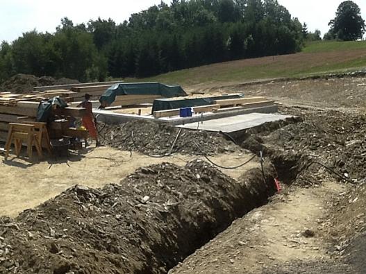 Zatímco se nastavbu svážel materiál nastěny, dokončovaly se výkopové práce.
