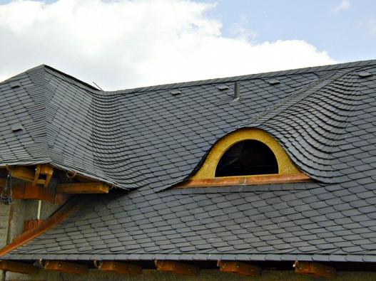 Tzv. volské oko patří k pokrývačským majstrštykům. Vyskládáno z břidlice nebo tomuto materiálu velmi podobných šablon, střechu doslova zdobí. Za pozornost stojí i úžlabí a nároží.