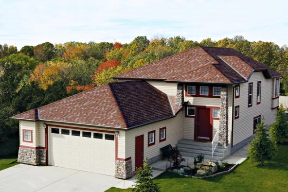 Asfaltové (bitumenové) laminované dvouvrstvé šindele IKO (na snímku typ Cambridge Redwood) patří k velmi oblíbenému řešení lehkých střech.