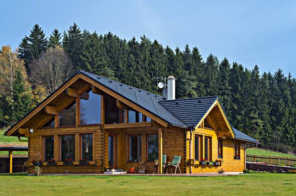 """S roubenkami a vůbec sdřevostavbami zdánlivě """"ladí"""" výhradně střechy z přírodních materiálů. Může být, neboť se to týká i keramických a betonových krytin Bramac..."""