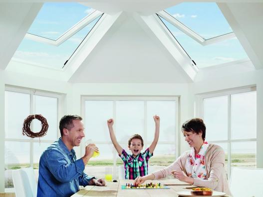 Orientace všech oken a obzvláště střešních ovlivňuje zásadním způsobem vnitřní klima.