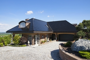 Ústředním motivem zděné stavby uprostřed Čech je dekorativní ležérnost provoněná vůní levandule.