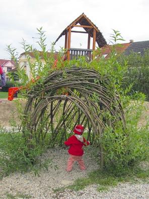 Vrbové stavby různých tvarů jsou výraznými prvky zejména přírodních zahrad a hřišť, děti je milují.