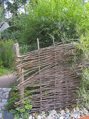Zástěny a ploty ze suchého proutí vytvoří intimní prostor a dodají zahradě zajímavou atmosféru.
