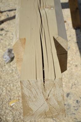 Roubené trámy se spojují v rozích pomocí rybinových zámků – je tak zajištěna pevnost spojení i rozteče mezi jednotlivými trámy.