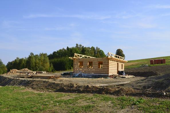 Ve třetím díle seriálu zachycujícím výstavbu roubenky Romana Fröhlicha v Jílovém u Držkova se budeme věnovat soklu a stavbě roubených stěn. Nevynecháme ani přípravu dřevěného materiálu, izolaci proti vodě, radonu a eliminaci tepelných mostů ve spodní části roubení.