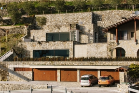 Soukromá rezidence, charakteristická přírodním kamenem, typickým pro danou oblast, je terasovitě zasazena v kopci plném zeleně a nabízí krásné výhledy do údolí severoitalské krajiny.
