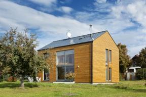 Dřevostavba kompaktního tvaru se sedlovou střechou se dobře hodí dovenkovské zástavby anavíc přesně odpovídá stylu architektonického studia Domyjinak, které ji navrhovalo.