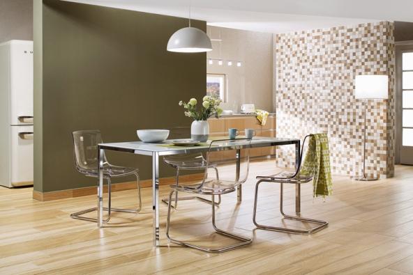 Dřevěné kostičky mozaiky ze série Board (Rako) doplňují podlahu ze stejné kolekce, 5 x 5cm, www.rako.cz