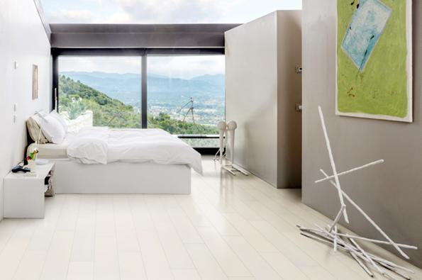 Podlaha významně ovlivňuje komfort místnosti a nepřímo působí také na naše zdraví, od materiálového složení přes teplo od nohou až po třeba prašnost. / Dřevěná podlaha KÄHRS, kolekce Lodge, dekor Jasan Blizzard, Prodává KPP.