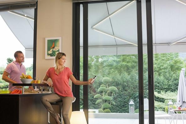 Montážně jednoduché atechnicky schůdné řešení jsou výsuvné markýzy, připevněné přímo nafasádu budovy.