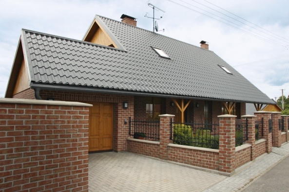 Samozřejmou součástí nabídky plechové střechy odLindab je kompletní okapový systém Lindab Rainline adalší příslušenství pro zastřešení, například bezpečnostní prvky – řešení pro bezpečný pohyb osob nastřechách, ochrana střechy proti sněhu.