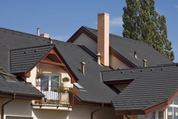 Betonová střešní krytina má životnost zhruba 100 let avýrobce nani poskytuje záruku až 30 let. KMB Beta nevyniká jen dlouhou životností, ale díky estetickým afunkčním vlastnostem se stala nejžádanější taškou natrhu.