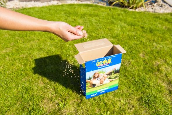 Travní osivo Green Park Universal je určené pro každodenní rodinné využití azároveň je vhodné doparků veřejné zeleně. Díky kvalitním odrůdám trávník snáší dobře zátěž, vydrží isušší období abrzo zhoustne azazelená se. (MOUNTFIELD)