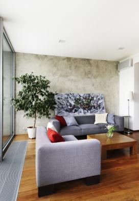 Imitace betonu na bázi cementu aplikovaná napohledovou stěnu obývacího pokoje, www.luxusnipovrchy.cz