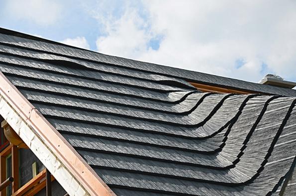 Jako střešní krytinu zvolil investor Drdlíkův dřevěný šindel, což je replika dřevěných šindelů zrecyklovaných plastů. Nejobtížnější bylo na střeše vyskládat úžlabí.
