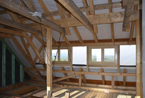 Více prostoru pro obyvatele a dostatek světla zajistí v podkrovní části roubenky široký pultový vikýř s okny. Okna budou zasahovat do budoucí koupelny uprostřed a do dvou postranních ložnic.