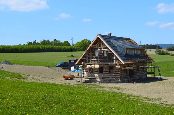 k roubenkám vnašich končinách tradičně patří sedlová střecha, proto ani roubenka vJílovém není výjimkou.