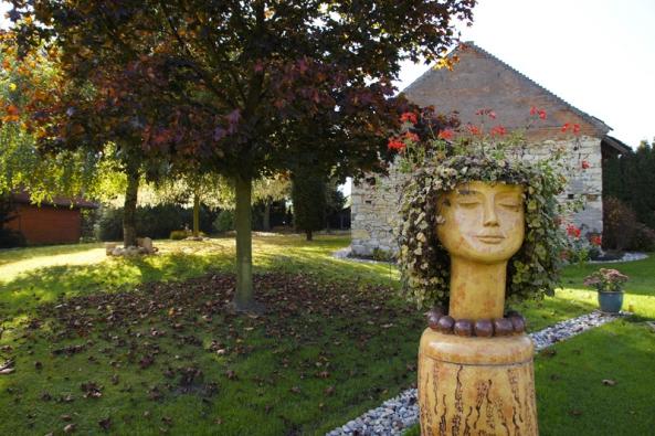 Autorkou sochařské výzdoby je výtvarnice a keramička Marcela Braunová Regaiolliová.