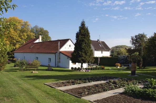 Zahrada není rozdělená na užitkovou a okrasnou, spíše na více a méně osluněnou, a podle toho je také osázená. Záhony se zeleninou a jahodami jsou více na slunci, užitkové a okrasné prostory se prolínají.