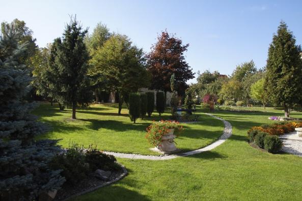 Cesty procházejí proměnou, na celkové kompozici zahrady to však nic nemění.