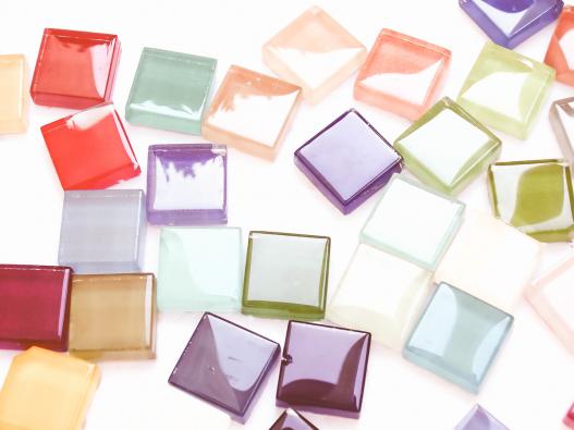 Atraktivitu podtrhuje pestrá škála barev (někteří výrobci deklarují až 120 základních odstínů).