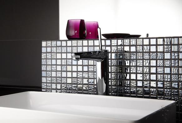 Koupelnová skleněná mozaika Mosavit Pelle Graphito patří ke šperkům španělského výrobce (SIKO).