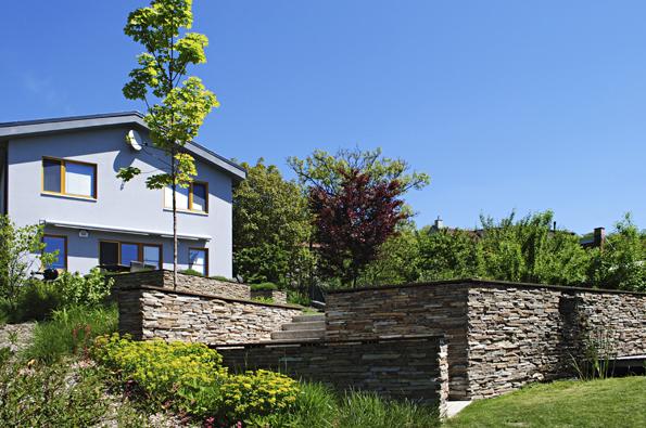 Společně srodinným domem se zrodila představa celoročně přitažlivé přírodní zahrady sterasou, která přirozeně navazuje na dům aotevírá výhled do krajiny.