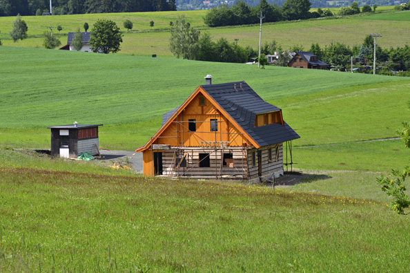 Šestý díl seriálu zachycující výstavbu roubenky Romana Fröhlicha vJílovém uDržkova je věnován dřevěným štítům aosazení oken.