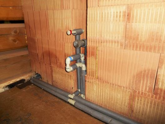 Teplá a studená voda proudí v PPE trubkách izolovaných mirelonem.
