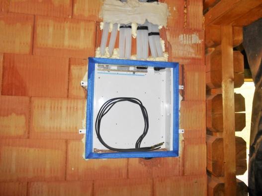 Do patra se elektřina vede zrozvaděče cihlovými příčkami prostupy ve stropě.